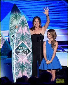 INGLEWOOD, CA - JULY 31:  Actors Jennifer Garner (L) and Kylie Rogers accept the Choice Movie: Drama award for 'Miracles from Heaven' onstage during Teen Choice Awards 2016 at The Forum on July 31, 2016 in Inglewood, California.  (Photo by Kevin Winter/Getty Images)