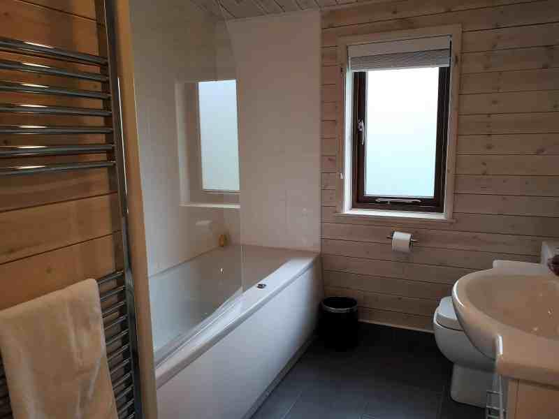 Kelling Heath 2 bedroom woodland lodge main bathroom