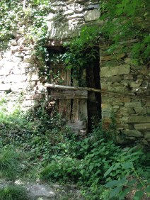 Verfallene Häuser entlang des Weges