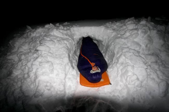 "Winter-Biwak, Bild: <a href=""https://gipfelfieber.com/fuenf-schlafsaecke-fuer-den-winter-im-praxistest/"">Andreas Gruhle, Gipfelfieber.com</a>"