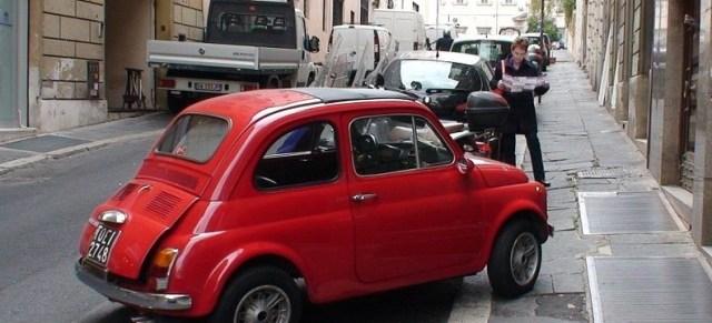 Rotes Auto hat wild in der Parklücke geparkt