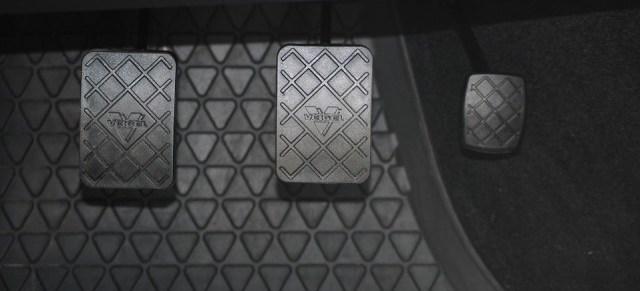 Autoinnenraum mit allen Pedalen
