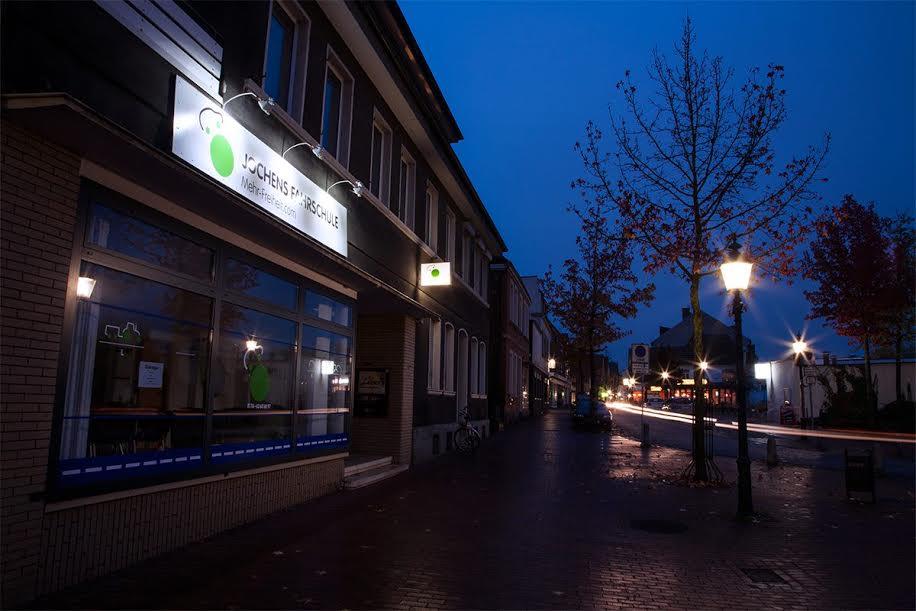 Stromberger Tor Straßenanfang mit Straßenlaternen und Fahrschule im Hintergrund