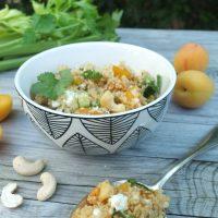 Sommerlicher Aprikosen-Couscous mit Staudensellerie, Schafskäse und Cashewkernen