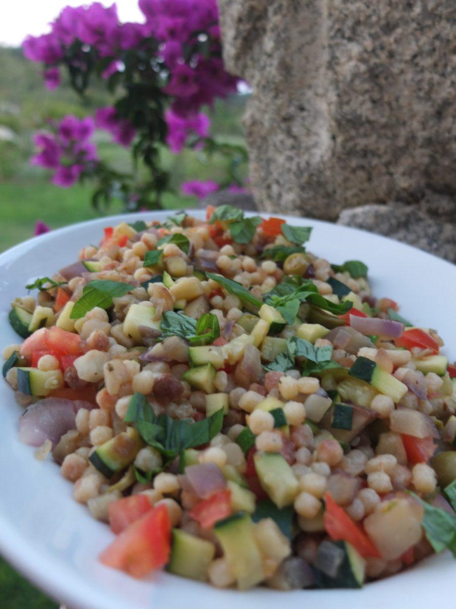 Fregola mit Zucchini-Auberginen-Gemüse