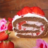 Schoko-Biskuitrolle mit Erdbeeren