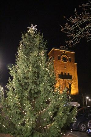 Großer Weihnachtsbaum auf dem Ickerner Marktplatz