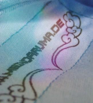 Macro-Aufnahme von Label von Shirt mit Tiger-Aufdruck, Farbe: lightblue