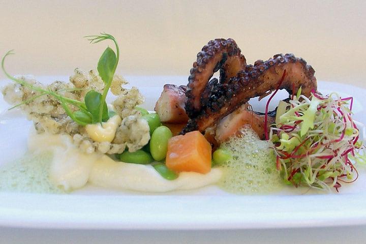 Essence – Gegrillter Oktopus mit Yuzu-Koriander-Beurre-Blanc, Edamame-Kürbis-Gemüse, Basmati-Kaffir-Crème
