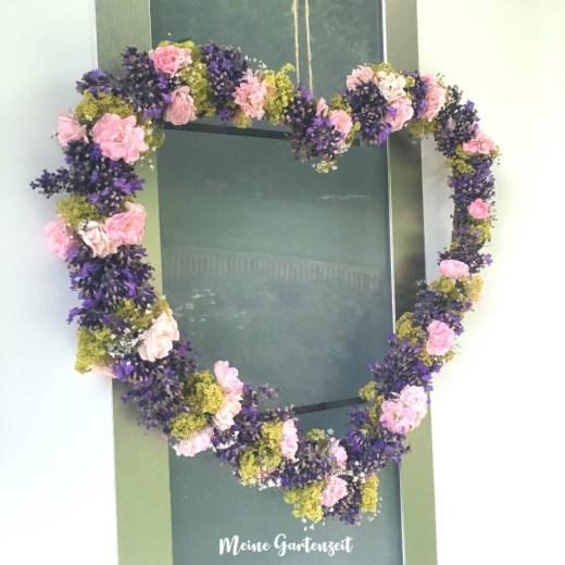 Herziger Kranz aus Lavendel, Rose und Frauenmantel