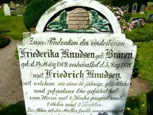 Grabstein_Bienenkorb_Suederende_Foehr_2013_07_31_Foto_Elke_Backert