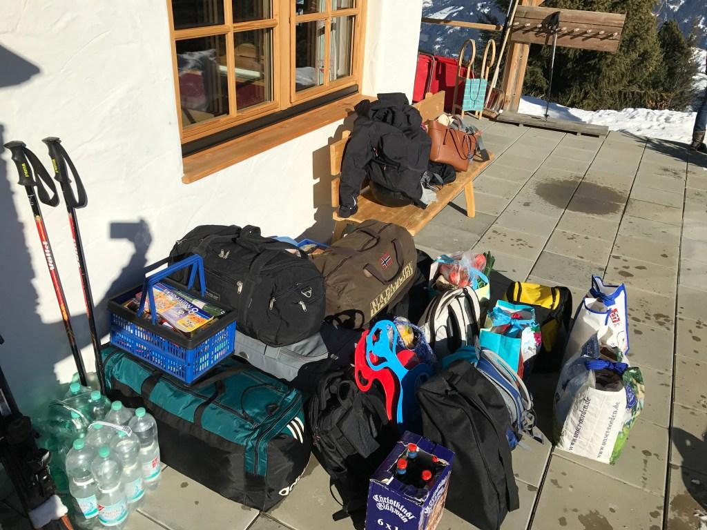 Das komplette Gepäck für eine Woche Hütte