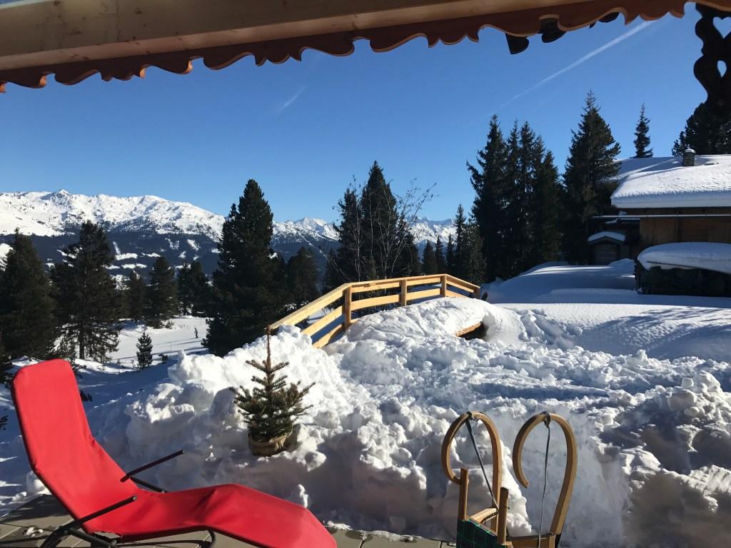 Schnee und Sonnenliege mit Panoramablick