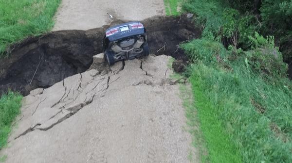 Se salva a chepa después que el auto cae en una grieta