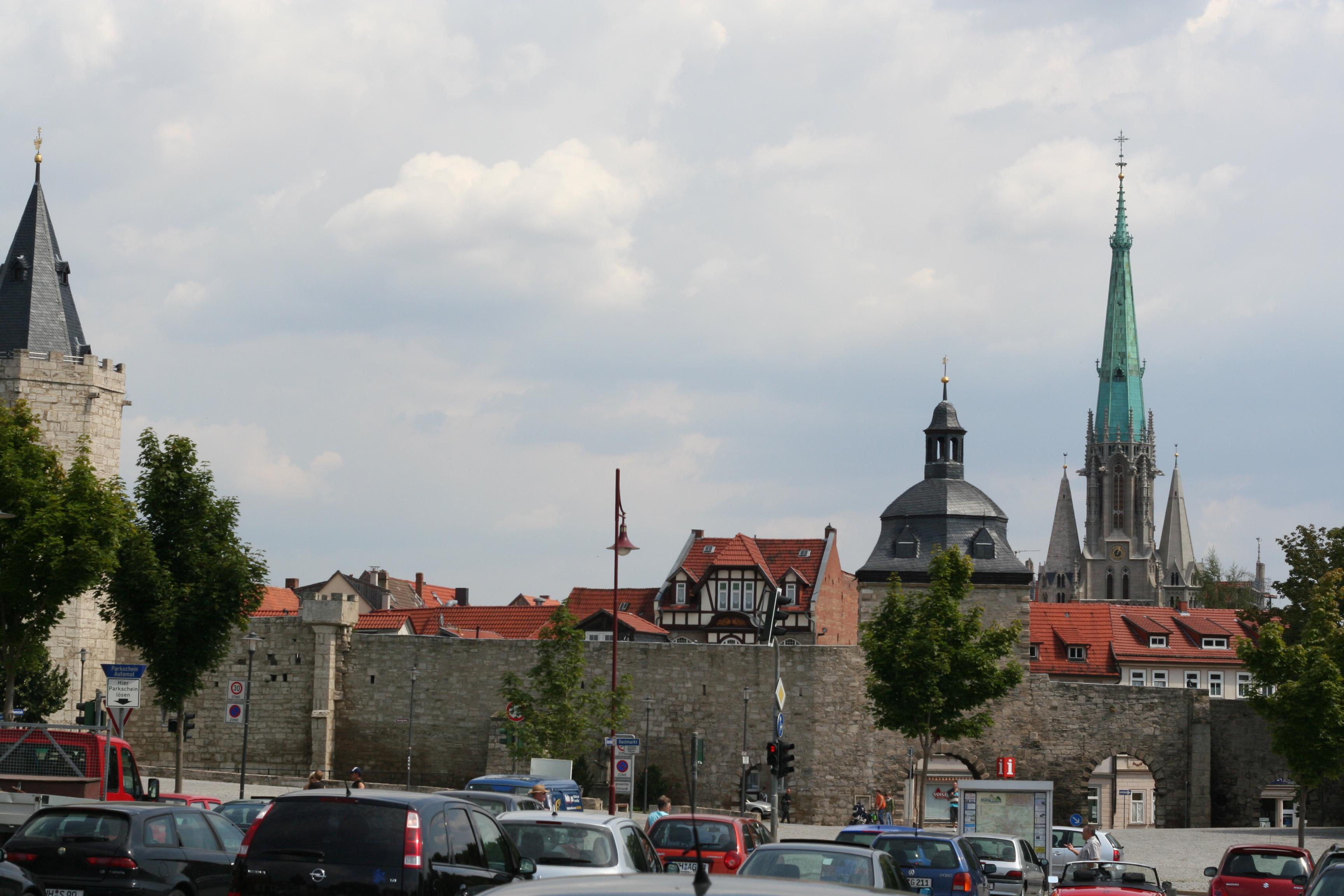 Blick auf Mühlhausen-Thüringen mit Stadtmauer und seinen Türmen