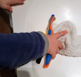 Zahnbürste und Waschlappen