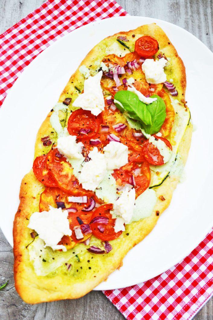Knusprig, aromatisch, gut! Tomaten - Zucchini - Flammkuchen mit Basilikumsauerrahm