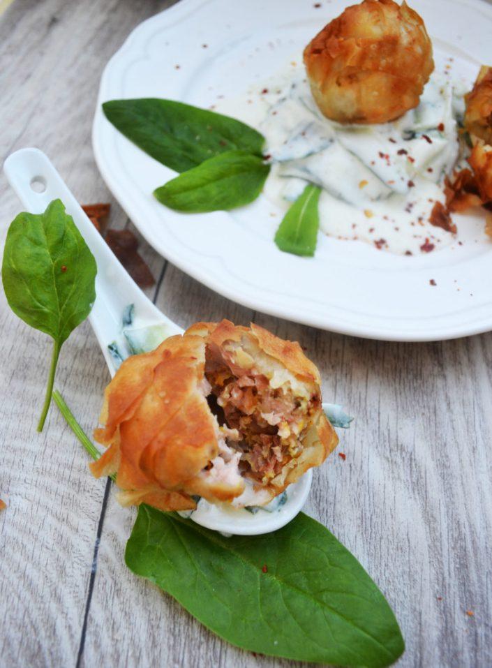 Köstliche Knusperstücke! Gebackene Lachsbällchen auf Gurkenstreifen