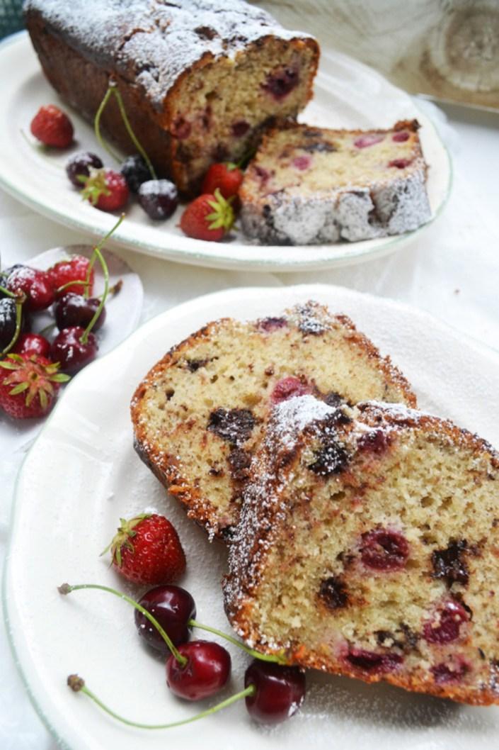 Pflücke den Tag! Joghurt-Nusskuchen mit Kirschen und Schokostückchen