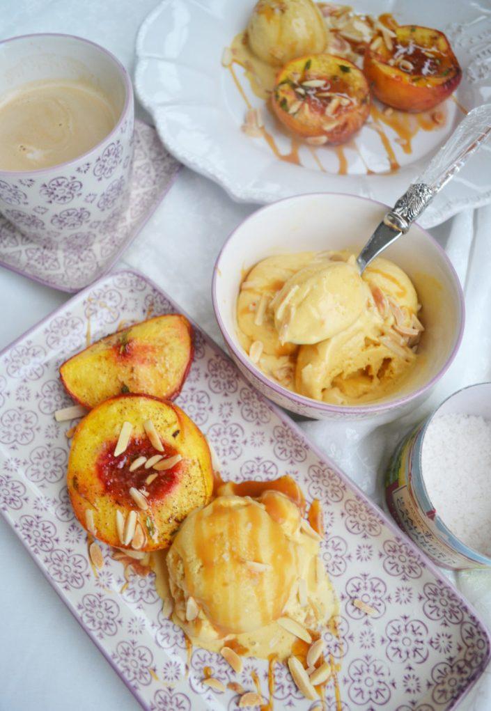 Sommerliebe! Gebackene Pfirsiche mit Salzkaramell-Eis