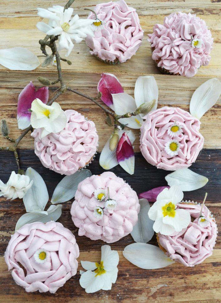 Ein süßer Blumengruß! Himbeer-Cupcakes mit weißer Schokolade