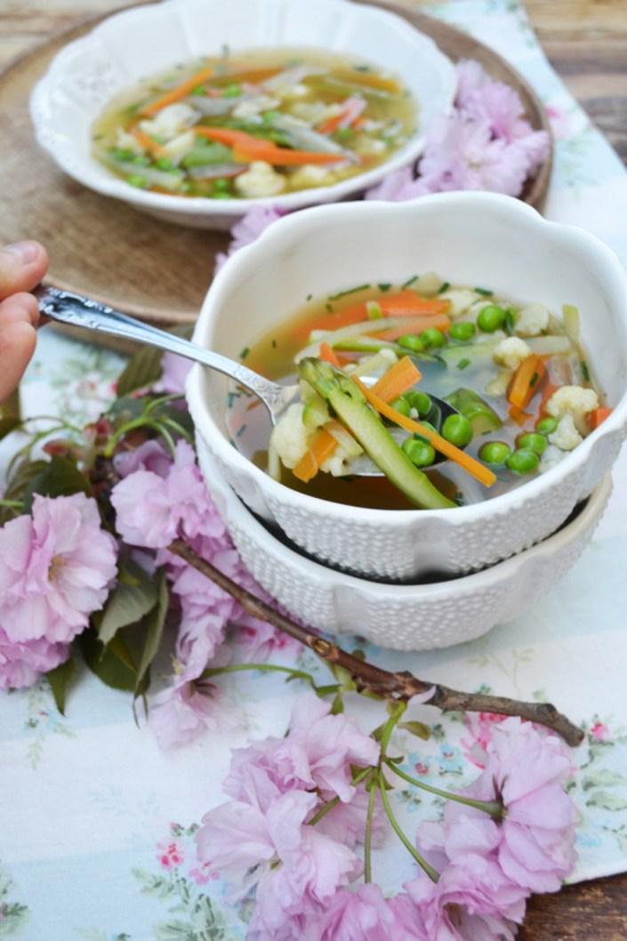 Bunt und gesund! Leichte Frühlingssuppe