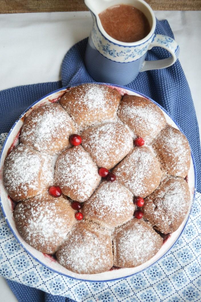 Pures Ofen-Glück! Nougat-Buchteln mit Cranberry-Apfel-Kompott