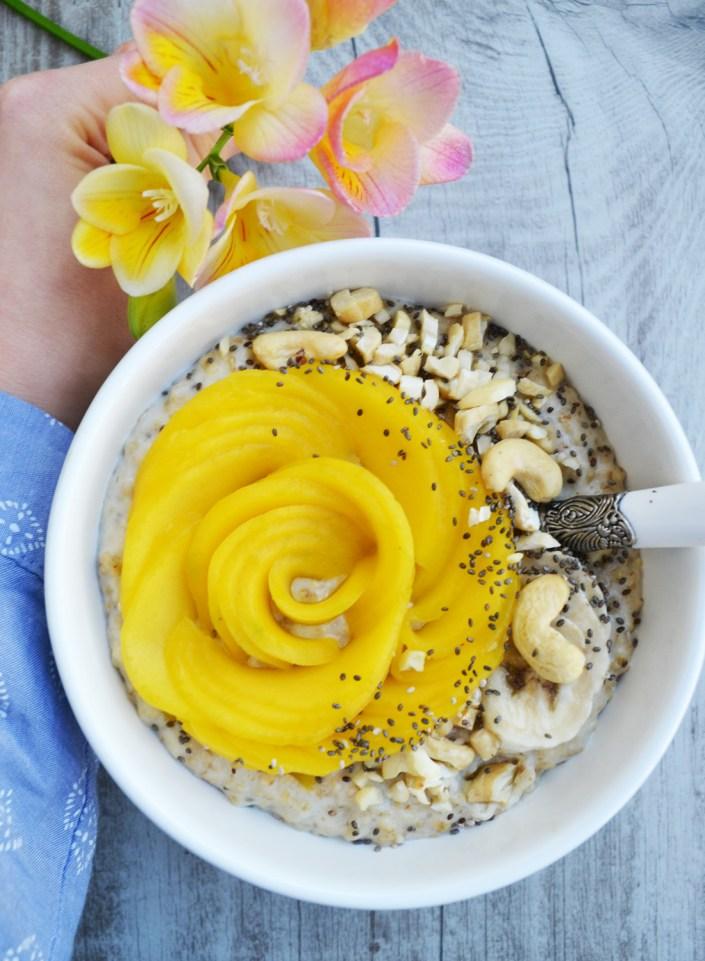 Hello Sunshine! Cremiger Kokos-Porridge mit Mango und Ahornsirup