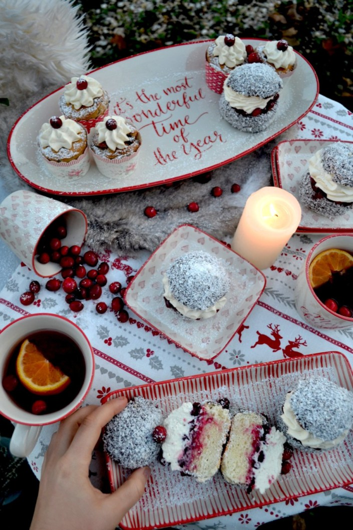 Gemütliche Stunden mit dem schönsten Weihnachtsgeschirr! Schoko-Kokos-Semlor mit Preiselbeer-Vanillecreme und süße Eierlikörküchlein