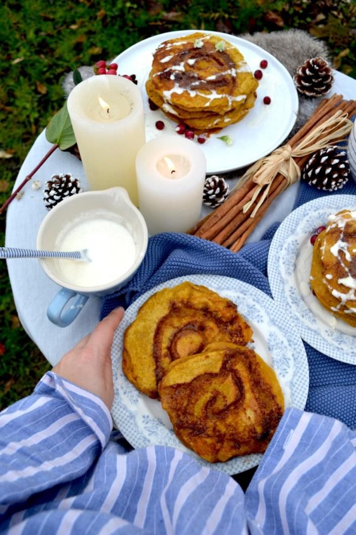 HAPPY HOHOHO! Kürbis-Zimtschnecken-Pancakes mit Frischkäseguss zum gemütlichen Festtagsfrühstück