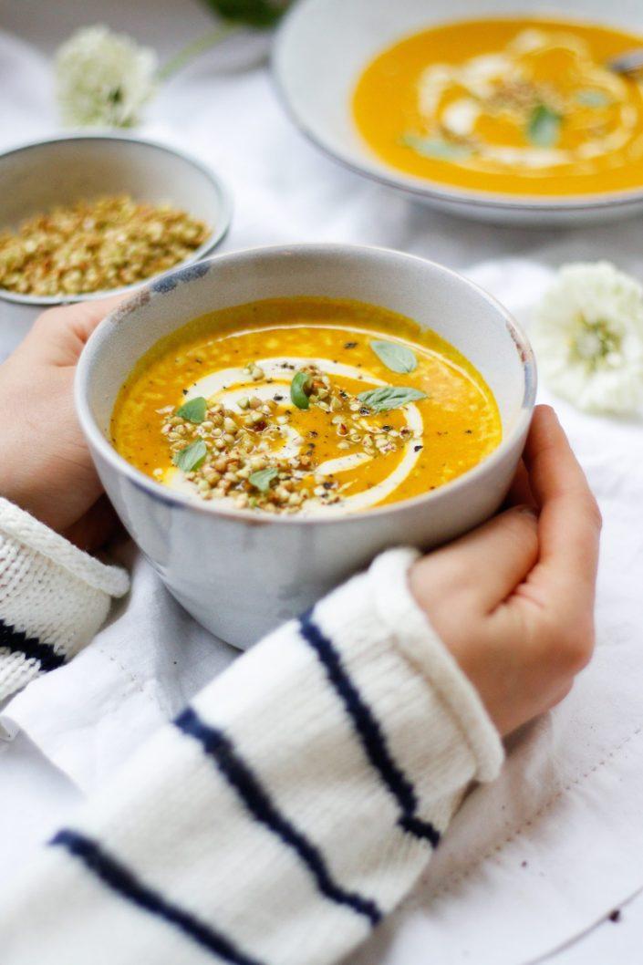 HERBSTLICHES GLÜCK - ZUM LÖFFELN NAH! Süßkartoffel-Kokos-Suppe mit Cashewcreme und geröstetem Buchweizen