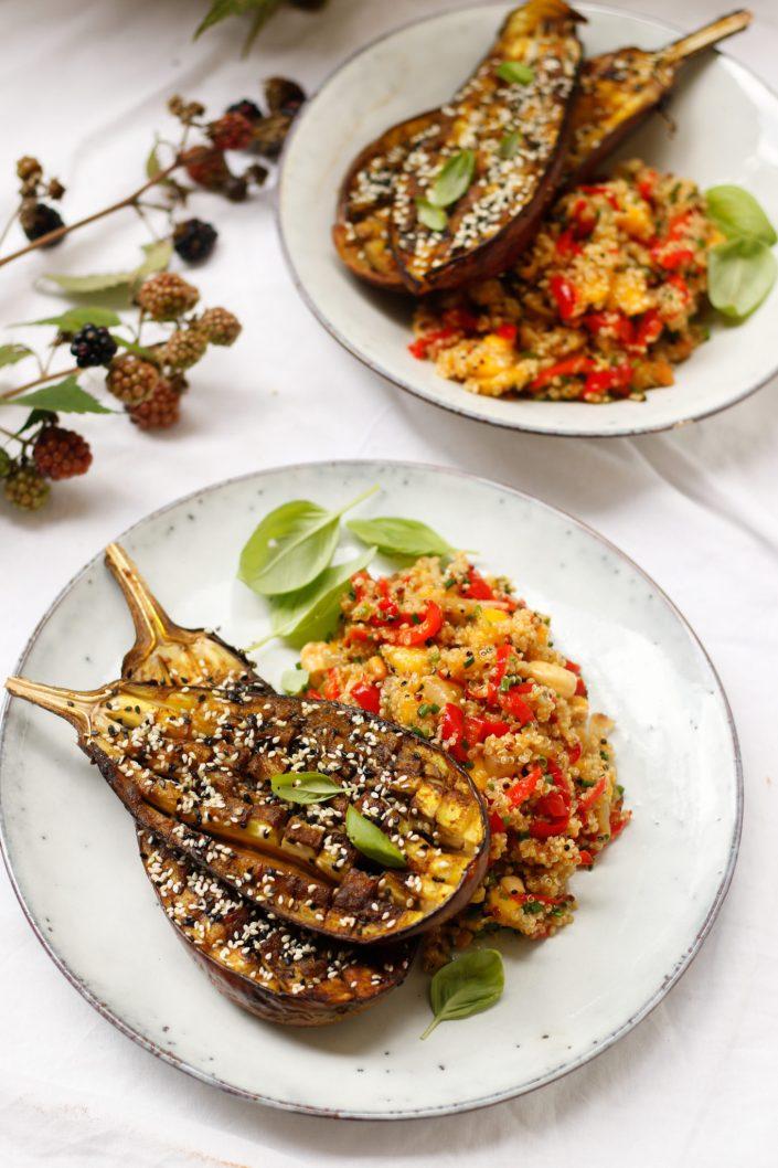 WIR HABEN EINEN SCHATZ GEFUNDEN! Gebackene Gewürz-Auberginen mit Sesam und Quinoa-Mango-Salat mit geröstetem Paprika