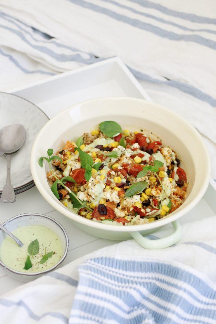 GIB MIR MEHR DAVON! Bunter Dinkel-Reissalatmit gerösteten Süßkartoffeln, Tomaten, Mais,gebackenem Ricotta  & Avocado-Basilikum Dressing