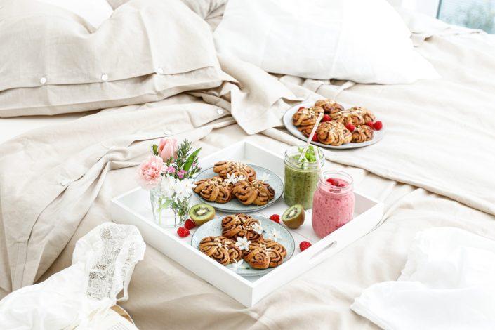 KUSCHLIG SÜSSES FRÜHLINGS-FRÜHSTÜCK IM BETT! Faire Bettwäsche & Schwedische Zimtschnecken Blumen & unsere Lieblingssmoothies