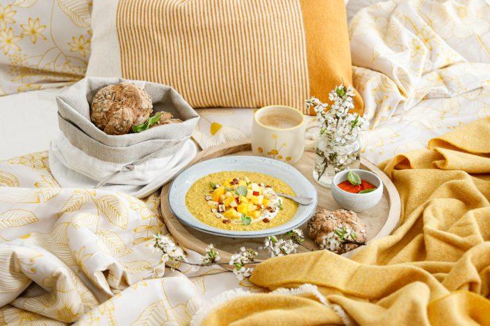 LASS DIE SONNE IN DEIN HERZ & IN DEIN ZUHAUSE! Gute Laune Frühstück mit Golden Milk Porridge  & Dinkelvollkornbrötchen mit Paprikaaufstrich