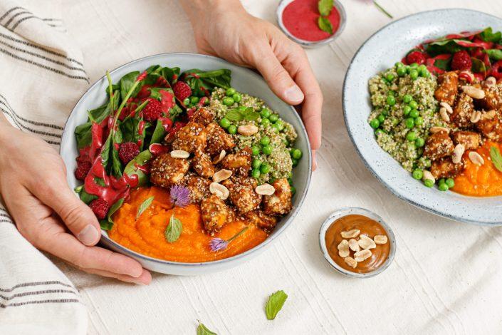 HAPPY HEALTHY BUDDHA BOWL! Brokkoli-Erbsen-Quinoa, Kürbispüree, crunchy Erdnuss-Sesam-Tofu und  Salat mit Beeren-Dressing
