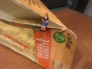 Sandwich auf dem Klapptisch im Zug