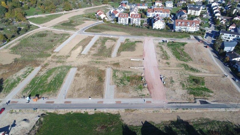 Bildunterschrift Bild 2: Luftaufnahme aus westlicher Richtung: Im Hintergrund sind die Neudorfer Straße und der Eckenbachweg zu sehen