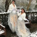 De Meisjes van het Compliment tijdens kerstborrel of een nieuwjaarsbijeenkomst