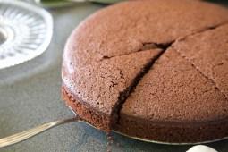 aansnijden chocolade kokostaart