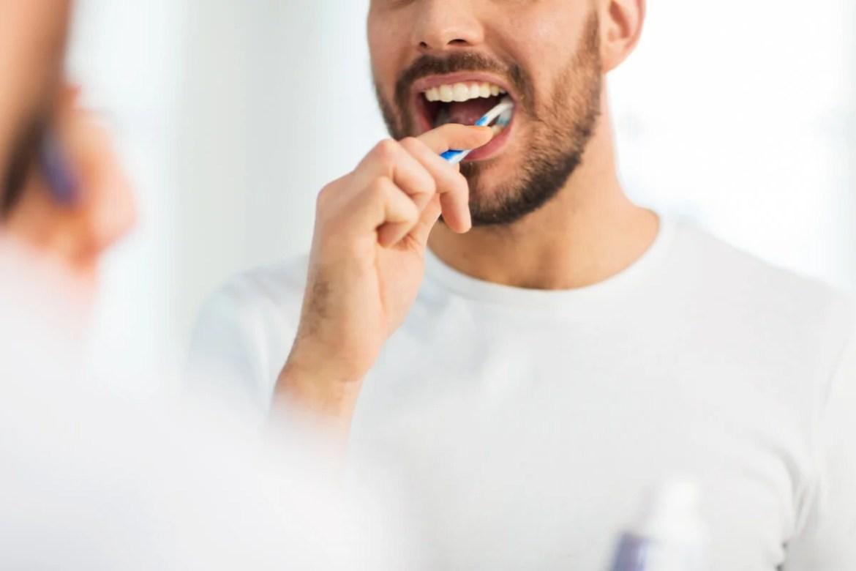 Cepillado dental para cuidar los dientes de leche en los adultos.
