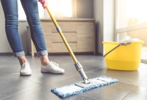 Mujer limpiando el piso