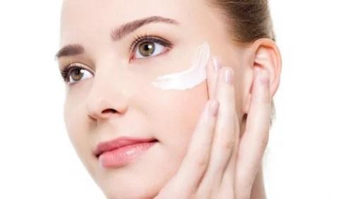 Aplicar abundante crema en el rostro antes de maquillarse