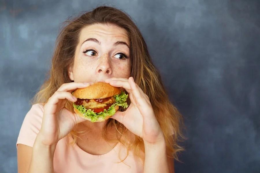 Chica comiendo una hamburguesa