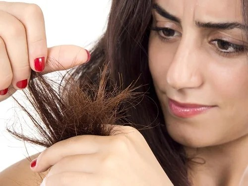 Mujer que necesita aplicarse mascarillas para el cabello seco