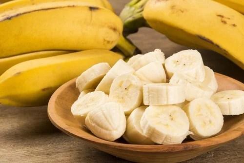 Plátano cortado en una mesa