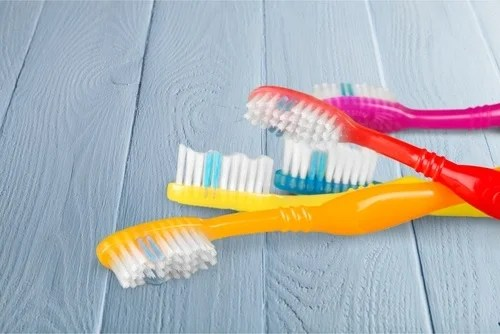 Usar un cepillo de dientes inadecuado