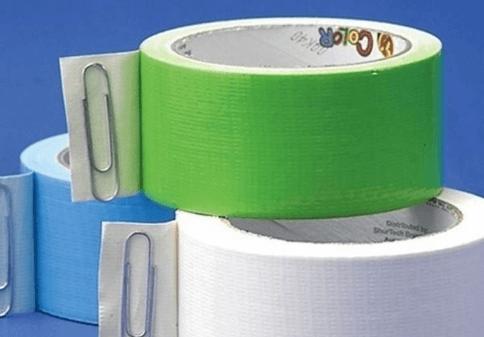 Utiliza cinta adhesiva para limpiar vidrios rotos