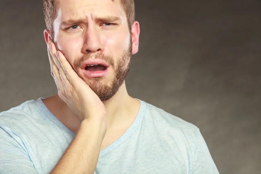 Homem com sensibilidade dentária