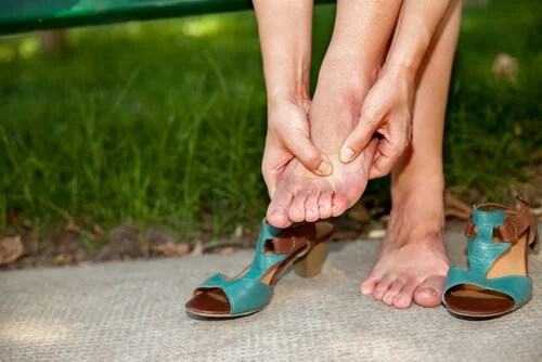 tobillos y pies hinchados